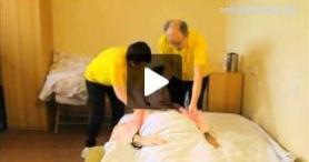Pielęgnowanie obłożnie chorego w domu – Mycie głowy chorego leżącego