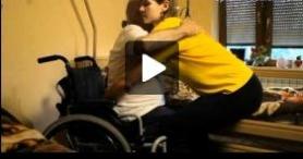 Pielęgnowanie chorego w domu – Siadanie i wstawanie z pomocą opiekuna